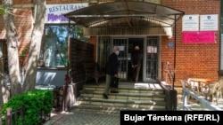 Qendra e Pensionistëve në Prishtinë është mbyllur si pasojë e pandemisë, por pensionistët frekuentojnë restorantin, që është i hapur.