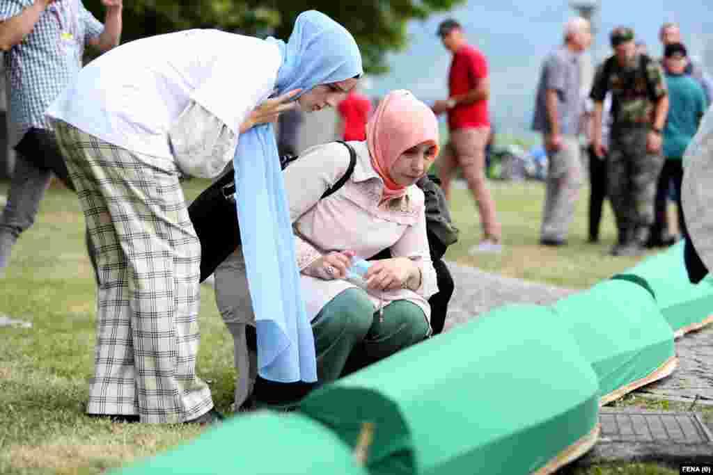 Eshtrat e 19 viktimave të Srebrenicës, të identifikuara së voni, u varrosën të dielën në Qendrën Përkujtimore Potoçari.