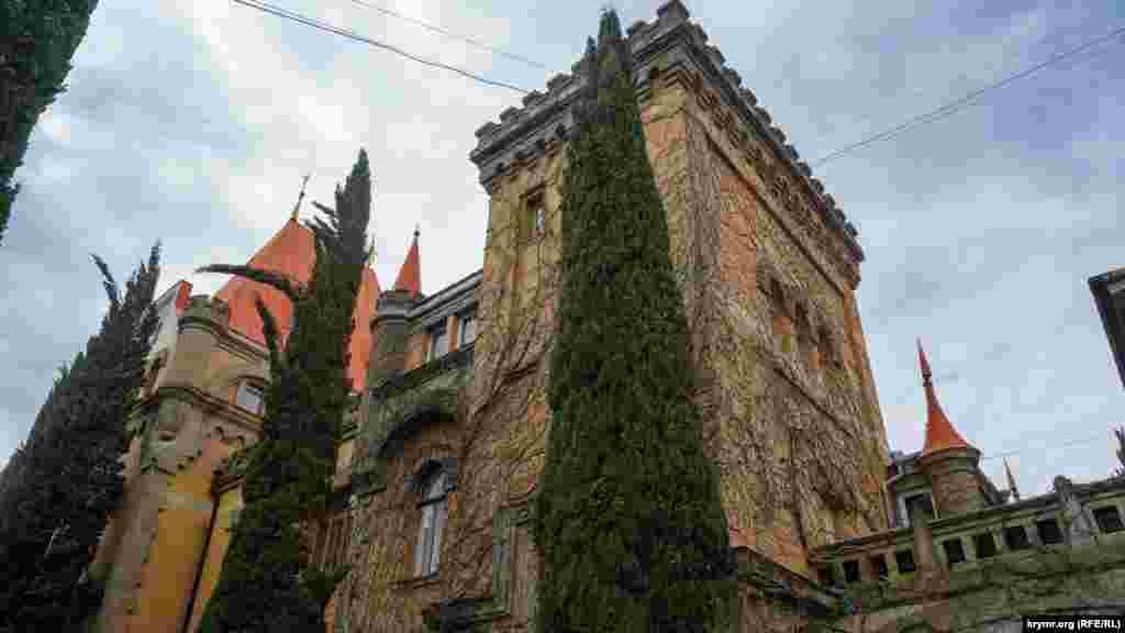Кипарисы по периметру дворца, оказывается, посадили уже после его национализации большевиками