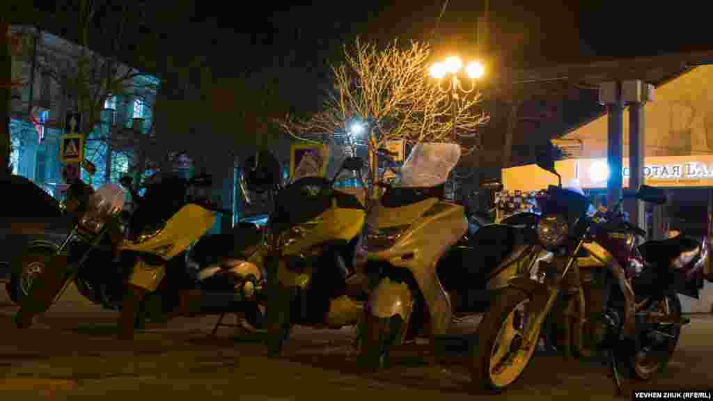 Ночная парковка скутеров