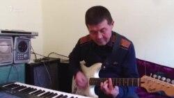 «Купил гитару, работая дворником…». Пенсионер посвятил жизнь музыке