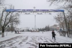Женщина идет по центральной части Петропавловска. Северо-Казахстанская область, 19 декабря 2020 года.