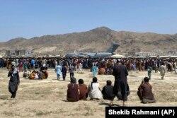 د ۲۰۲۱ز د اګست پر ۱۶مه ګڼو افغانانو د کابل هوايي ډګر ته مخه کړه چې له هېواده ووځي