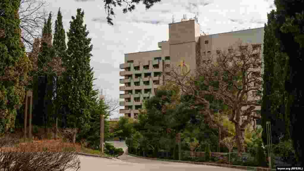 Головний корпус санаторного комплексу «Форос», як і майже весь парк, належить інвесторам із Татарстану
