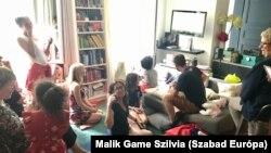 Francia család számítógép monitoron nézi barátaival a 2018-as világbajnoki döntőt Párizsban.