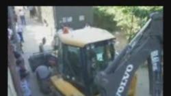 Buldozer - evlərə, polis jurnalistlərə qarşı