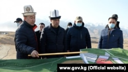 Премьер-министр Садыр Жапаров, исполняющий обязанности президента, на Верхне-Нарынском каскаде ГЭС.