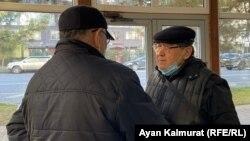 Эрмурат Бапи (оңдо) Алматы шаарынын район аралык адистешкен администрациялык сотунун кеңсесинде. 2020-жылдын 16-ноябры.