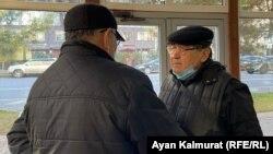 Журналист Ермурат Бапи (cправа) в здании специализированного межрайонного административного суда с прибывшим поддержать его активистом Рысбеком Сарсенбаем. Алматы, 16 ноября 2020 года.