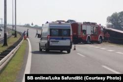 Një makinë me staf shëndetësor dhe zjarrfikës në Sllavonski Brod.