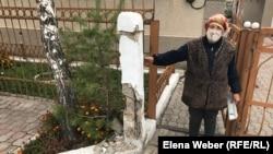 Жергілікті тұрғын Мария Фатеева үйіне интернет пен телевизия байланысы келіп тұрған желіні үзіп, бағанды бұзып алып кеткенін айтып. Жаңа Тихоновка, Қарағанды облысы, 26 қыркүйек 2020 жыл.