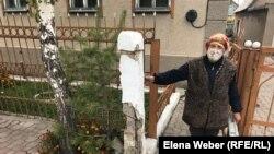 Жительница поселка Новая Тихоновка Мария Фатеева показывает разрушенные остатки от своего столба, на котором проходили коммуникации — интернет и телевидение. Новая Тихоновка, Карагандинская область, 26 сентября 2020 года.