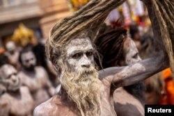 Naga Sadhus, sau oamenii sfinți hinduși, după o baie în Gange