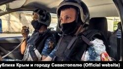 Чоловіка, ім'я якого не називають, доставили у відділ поліції у Гагарінському районі Севастополя