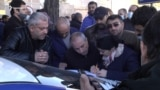 Родители пропавших без вести военнослужащих перед зданием посольства РФ пишут письмо президенту России Владимиру Путину, Ереван, 24 ноября 2020 г.