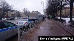 Ограждения у Троицкой площади перед акцией памяти Бориса Немцова