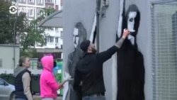 """""""Двор перемен"""": эти жители Минска каждый день рисуют протестный мурал во дворе"""
