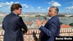 Premierul maghiar Viktor Orbán cu prezentatorul vedetă al Fox News, Tucker Carlson, la Budapesta, luni 2 august 2021.