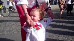 Переселенці з Донбасу влаштували у Дніпропетровську «вишиванковий флеш-моб»