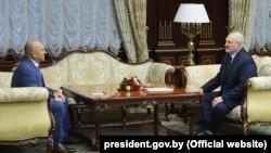 Олександр Лукашенко (праворуч) і народний депутат України із фракції партії «Слуга народу» Євгеній Шевченко. Мінськ, 20 квітня 2021 року