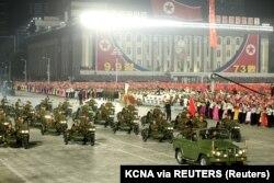 Imaginea aceasta a fost furnizată de către presa centrală a Coreei de Nord, potrivit căreia fotografia imortalizează personalul militar participând la parada aniversară a statului comunist.