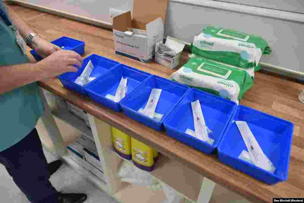 Медсестра готовится ввести вакцину Pfizer/BioNTech COVID-19 в центре вакцинации в Кардиффе. Уэльс, Великобритания, 8 декабря 2020 года