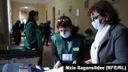 Голосование на выборах мэра Тбилиси на одном из участков в столице Грузии, 2 октября