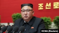 """Kim Jong-un, împotriva blugilor skinny și a oricăror însemne pe care le numește """"anti-socialiste"""" - dar și împotriva filmelor și a videoclipurilor occidentale - în noua lege cu care vrea să reprime nevoia oamenilor de a se informa, de a se conecta la lumea exterioară."""