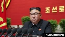 Հյուսիսային Կորեայի առաջնորդ Կիմ Չեն Ընը ելույթ է ունենում Աշխատավորական կուսակցության 8-րդ համագումարում, Փհենյան, 6 հունվարի, 2021թ.