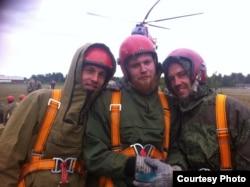Максим Литун, сотрудник Карельского центра авиационной и наземной охраны лесов (в центре)