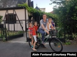 Алан Фонтанель с детьми на своем велосипеде