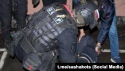 Задержание Адама Магомадова в Амурской области. Фото: t.me/sashakots