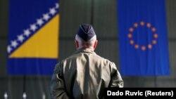 Pripadnik EUFOR-a ispred zastava BiH i EU u Sarajevu, arhivska fotografija