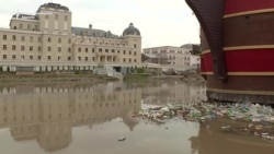 """Вода во """"Скопје 2014"""", ѓубре во Вардар"""