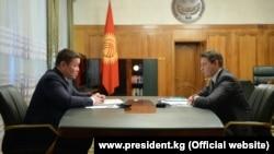 Президенттин милдетин аткаруучу Талант Мамытов жана өкмөт башчынын милдетин аткаруучу Артем Новиков.