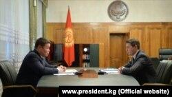 Президенттин милдетин аткаруучу Талант Мамытов жана өкмөт башчынын милдетин аткаруучу Артем Новиков. 2020-жылдын 17-ноябры.