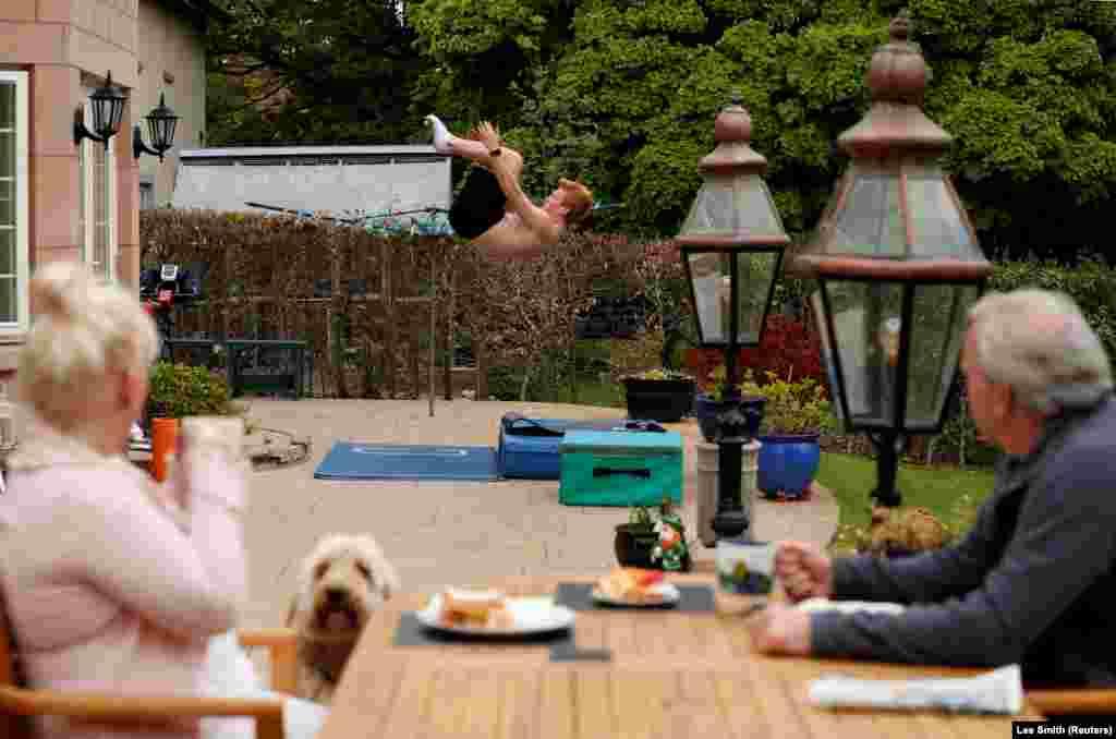 James Heatlybrit műugró kertjükben egy matrac fölött edz 2020. május 7-én.