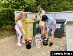 """Экологическое мероприятие в """"Орлёнке"""": рассортировать мусор из баков. Дети работают без перчаток"""