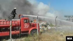 Пожарникари гаснат пожар во близина на Гевгелија