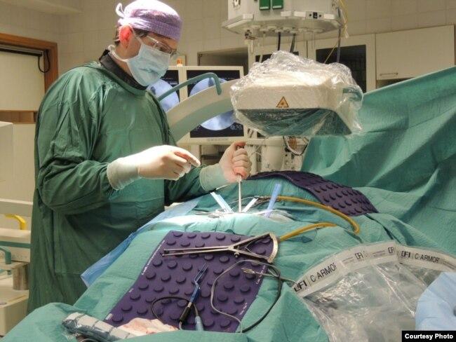 Юрий Кивелев за операционным столом