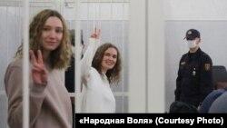 Дар'я Чульцова і Кацярына Андрэева ў судовай залі. 9 лютага 2021 году.