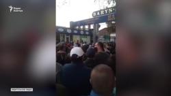 «Здесь митинг». Торговцы выразили недовольство, на рынок стянули военных
