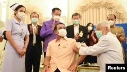 Премиерът на Тайланд Прайт Чан-оча получава първата доза от ваксината на AstraZeneca в страната