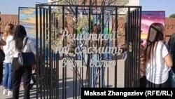 Алия Шагиеванын көркөм нааразылык акциясы. Ала-Тоо аянты, Бишкек. 17-сентябрь, 2021-жыл.