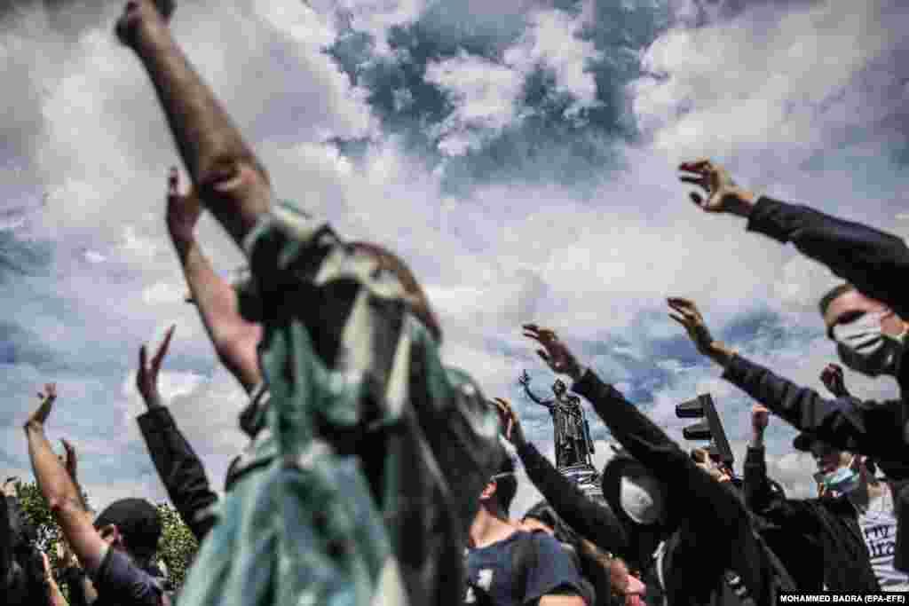 Протестувальники під час мітингу проти расизму та жорстокості поліції на площі Республіка в Парижі, Франція. Одним із організаторів акції виступив комітет пам'яті Адама Траоре, 24-річного чорношкірого француза, який загинув після жорсткого затримання в 2016 році