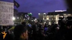 Pamje të protestuesve para objektit të Kuvendit