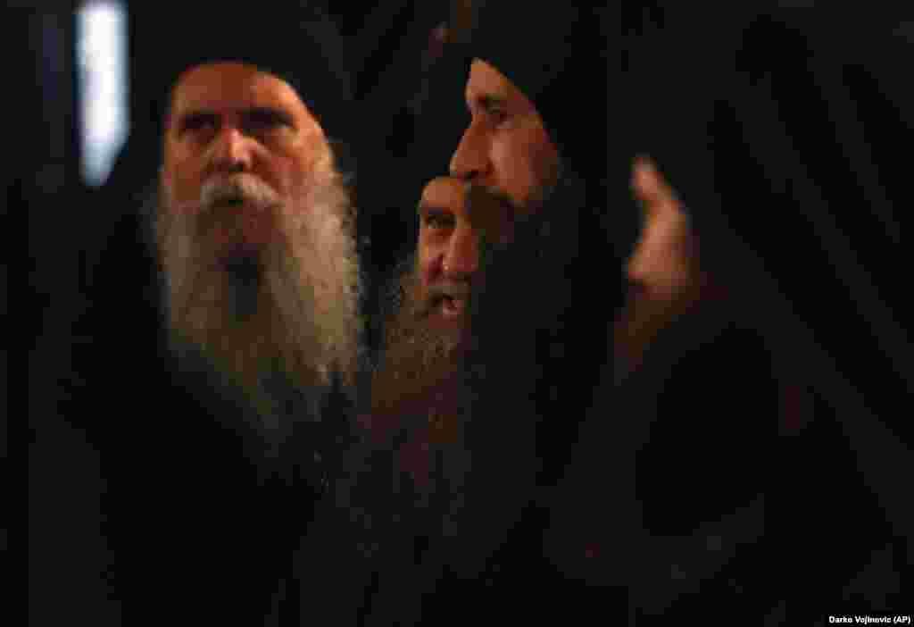 Priftërinjtë ortodoksë serbë shihen duke marrë pjesë në një ceremoni liturgjike në Kishën e Beogradit më 19 shkurt.