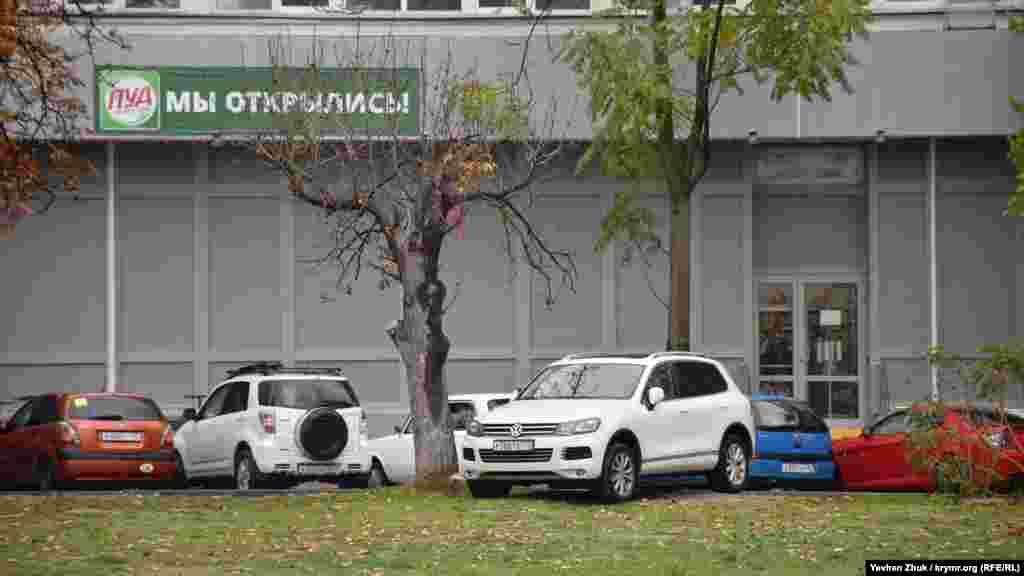 Паркування на газонах у Севастополі також часте явища, як, наприклад, на вулиці Сенявіна
