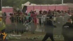 Венгрия полицияси қочқинлар лагерида кўздан ëш оқизувчи газ қўллади