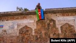 Азэрбайджанскі салдат вывешвае сьцяг у Джабраіле пасьля аднаўленьня кантролю над горадам, 16 кастрычніка